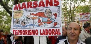 Un trabajador de Viajes Marsans muesta su descontento. Fuente: ABC